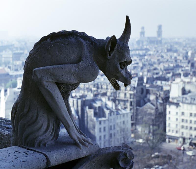 Gargoyle que pasa por alto París imagenes de archivo