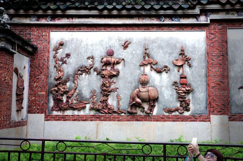 Gargoyles, κόκκινο, κεραμικό γλυπτό, τεχνολογία, πολιτισμός και τέχνη και τέχνη, βιοτεχνίες, παραδοσιακός πολιτισμός και ιστορική στοκ εικόνα με δικαίωμα ελεύθερης χρήσης