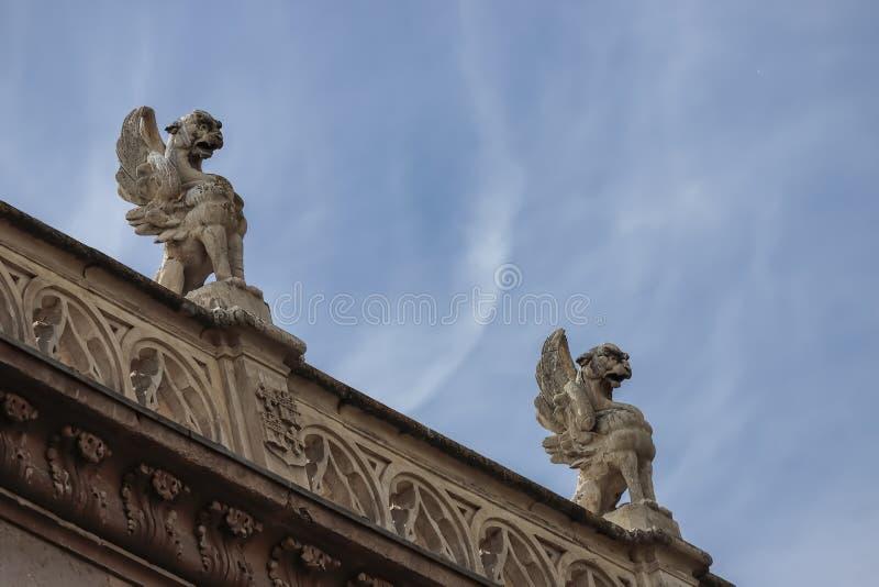 Gargoyles στην πρόσοψη του αρχιεπισκοπικού παλατιού alcala de henares στοκ εικόνες