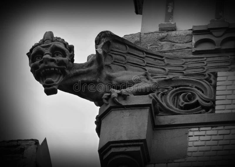 Gargulec - bajecznie istota, średniowieczny architektoniczny budynku element projektujący przenosić wodę od dachu zdala od strony zdjęcia stock