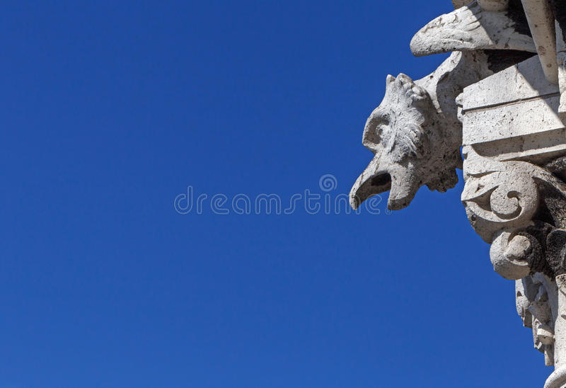 Gargulec na katedrze w Paryż przeciw niebieskiemu niebu zdjęcie stock