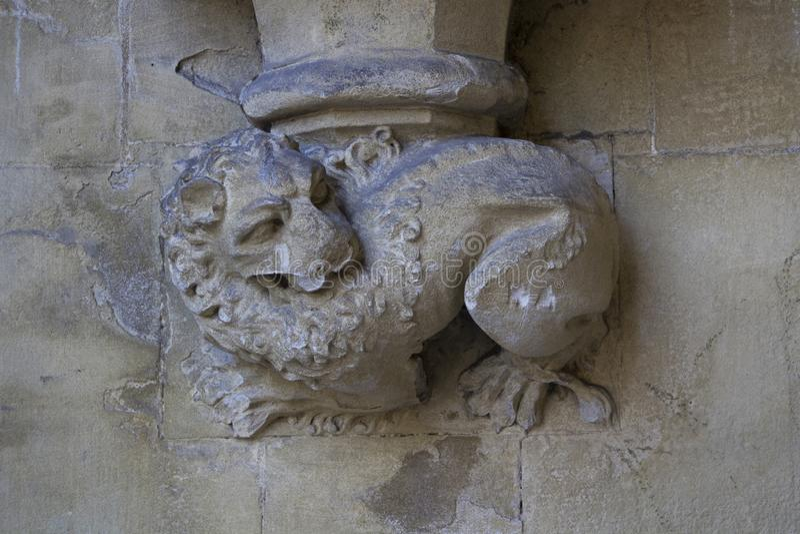 Gargulec rzeźbiący na jeden zewnętrznie ściany opactwo abbey zakładał Benedyktyńskimi michaelitami wewnątrz fotografia stock