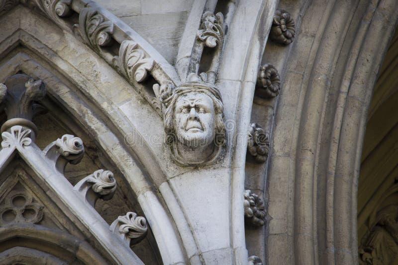 Gargulec rzeźbiący na jeden zewnętrznie ściany opactwo abbey zakładał Benedyktyńskimi michaelitami wewnątrz obrazy royalty free
