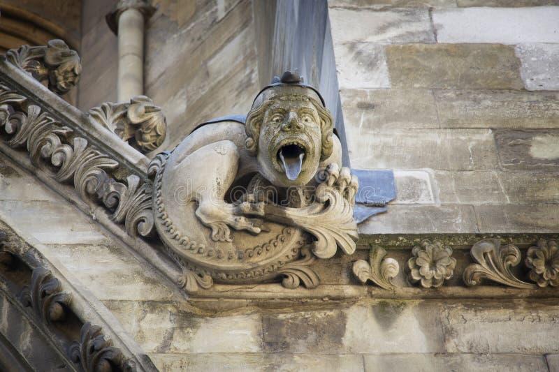 Gargulec rzeźbiący na jeden zewnętrznie ściany opactwo abbey zakładał Benedyktyńskimi michaelitami wewnątrz obraz stock