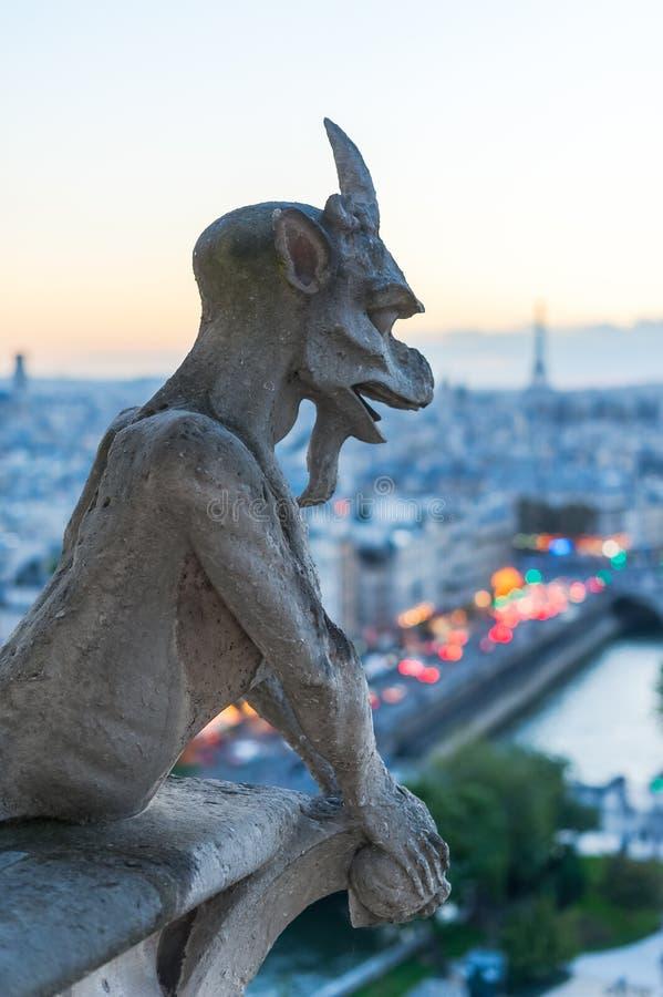 Garguleca dopatrywania Paryż przy półmrokiem i wieża eifla obrazy stock