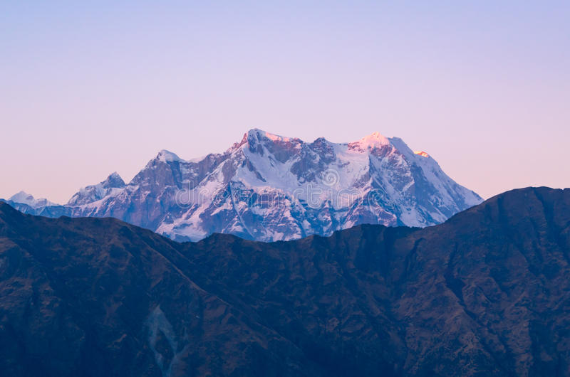 Garhwal喜马拉雅山的神秘的Chaukhamba峰顶在日落期间的从Tungnath Chandrashilla落后 免版税库存照片