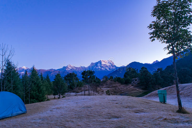 Garhwal喜马拉雅山的神秘的Chaukhamba峰顶在黎明期间的从Deoria Tal露营地 免版税库存图片