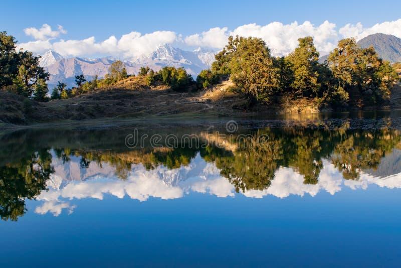 Garhwal喜马拉雅山的给催眠的反射在Deoria Tal或湖 免版税库存照片