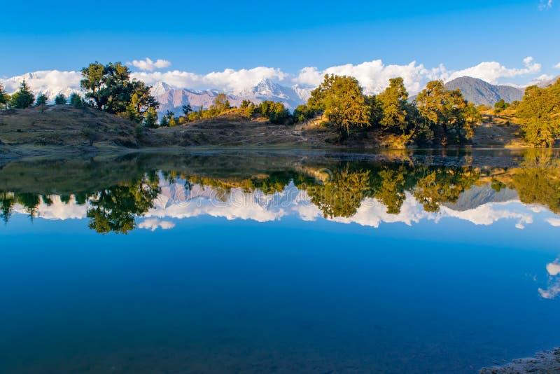 Garhwal喜马拉雅山的给催眠的反射在Deoria Tal或湖 图库摄影