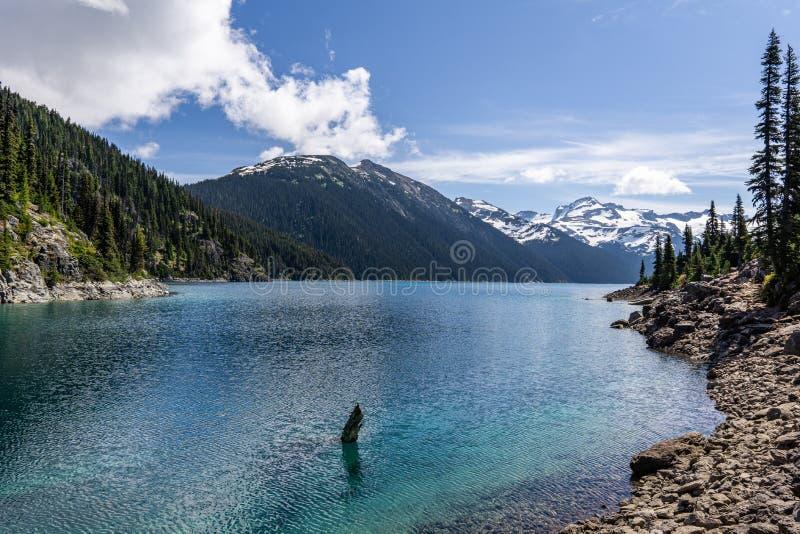 Garibaldi Provincial Park KANADA - JUNI 16, 2019: sikt på den härliga soliga morgonen för sjö med moln på bluewhimmel arkivfoto