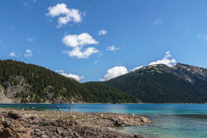 Garibaldi prowincjonału park KANADA, CZERWIEC, - 16, 2019: widok przy jeziornym pięknym pogodnym rankiem z chmurami na bluew nieb zdjęcia royalty free