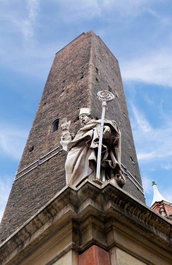 Garisenda wierza i statua w Bologna obraz royalty free
