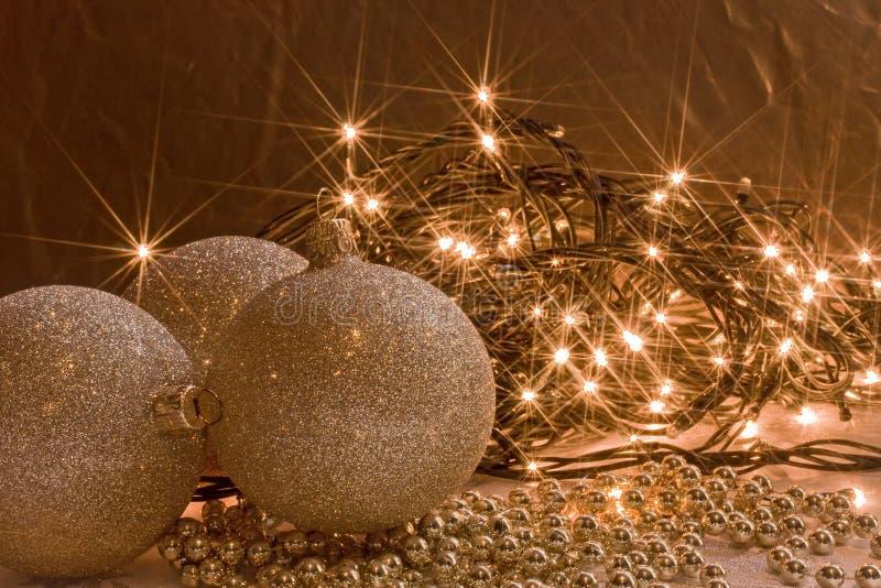 Garl ornamento e das luzes de Natal dourados de brilho fotografia de stock
