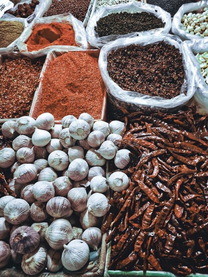 garlica chillis en andere specerijen stock foto