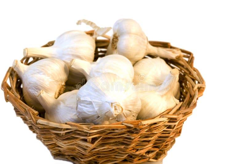 Garlics in einem Korb stockbild