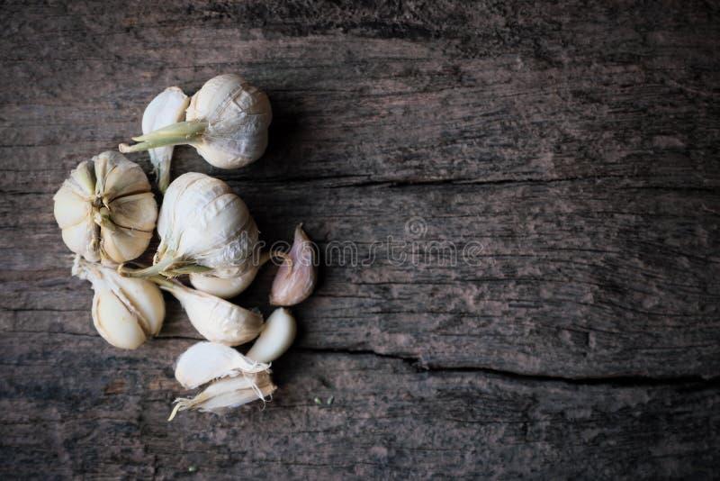 Garlics op oude houten Rustieke stijl als achtergrond, Hoogste mening met ruimte royalty-vrije stock foto