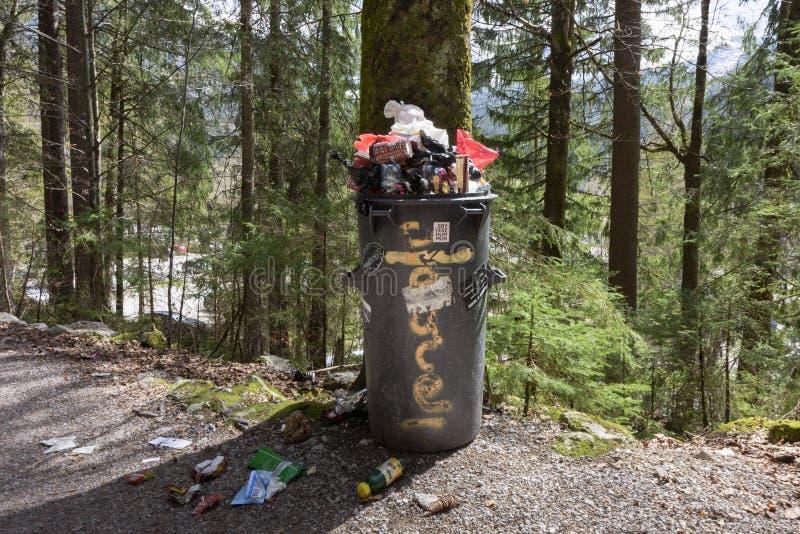GARMISCH-PARTENKIRCHEN, ALEMANHA - 24 DE ABRIL DE 2019: Caixote de lixo na floresta foto de stock royalty free