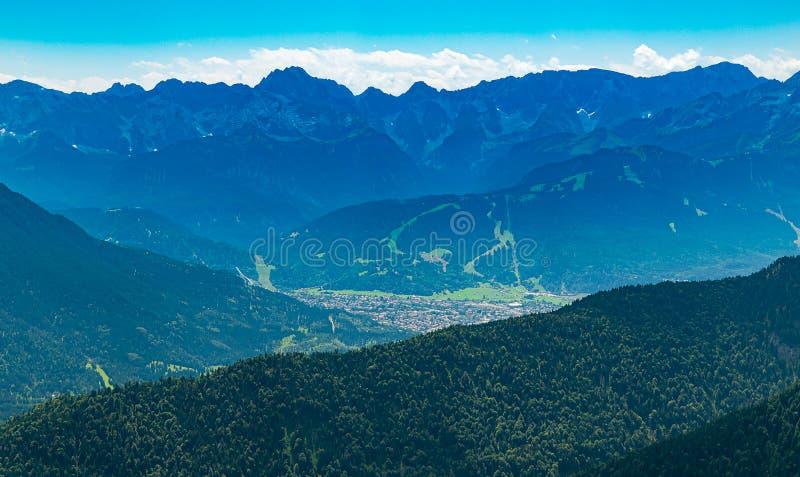 Garmisch-Partenkirchen con el salto de esquí de la montaña Laber visto fotos de archivo
