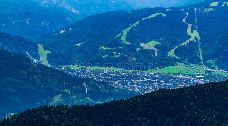 Garmisch-Partenkirchen con el salto de esquí de la montaña Laber visto imagen de archivo libre de regalías