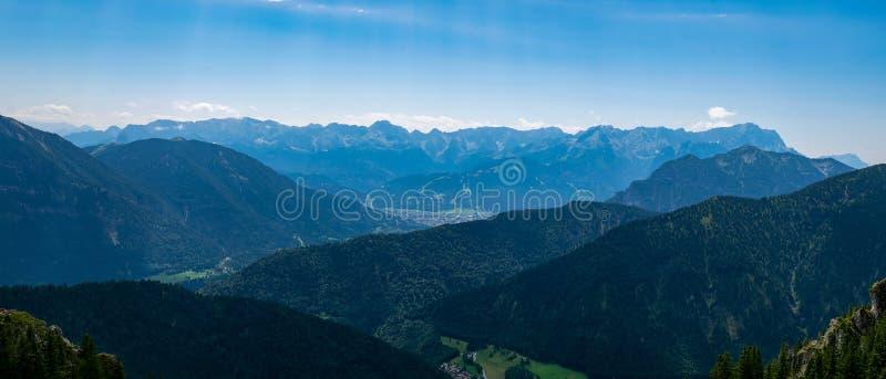 Garmisch-Partenkirchen con el salto de esquí de la montaña Laber visto fotografía de archivo
