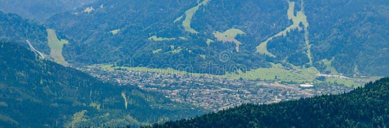 Garmisch-Partenkirchen con el salto de esquí de la montaña Laber visto imágenes de archivo libres de regalías