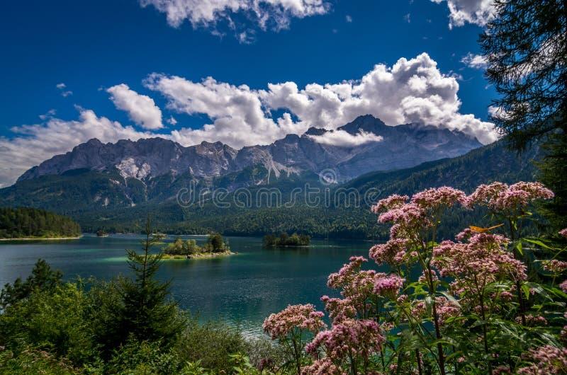 Garmisch-Partenkirchen - sikt till sjön Eib, Bayern, Tyskland arkivfoto