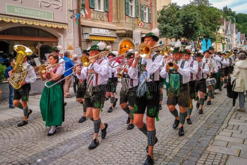 Garmisch Partenkirchen Tyskland - Augusti 12, 2017: historisk bavarian lysande festspel i den gamla staden av Garmisch-Partenkirc royaltyfri fotografi