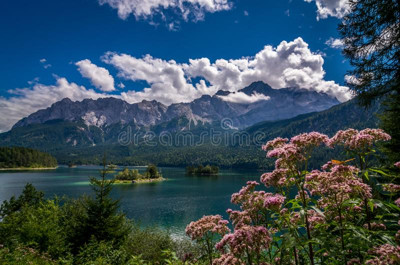 Garmisch-Partenkirchen - vue vers le lac la BEI, Bavière, Allemagne photo stock