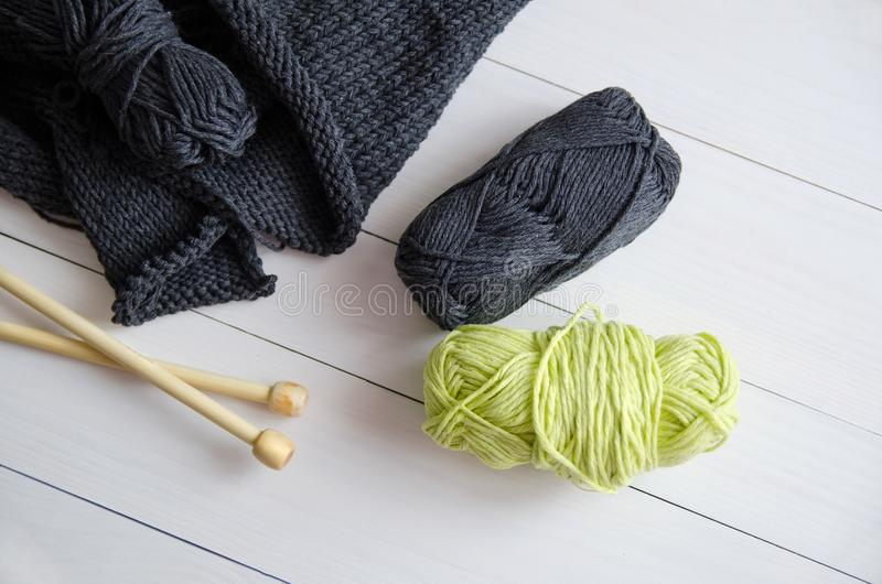 Garn für das Stricken auf weißem hölzernem Hintergrund Das Konzept von Hobbys, Handwerk, der Anfang eines neuen strickenden Proje stockbilder