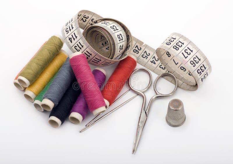 Garn, Nadeln, Scissor und Muffe lizenzfreie stockbilder