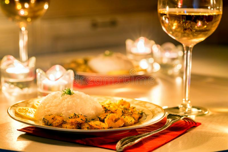 Download Garnaal Met Rijst En Witte Wijn Stock Foto - Afbeelding bestaande uit huis, gekookt: 107700416