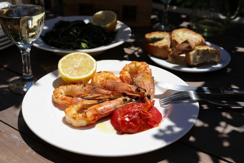 Garnalen bij de grill in de Griekse herberg worden gekookt die royalty-vrije stock foto