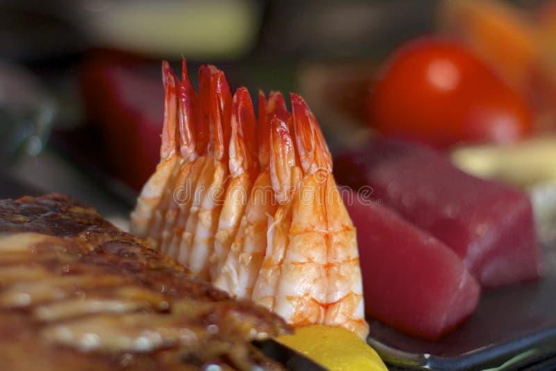 Garnalen bij een sushibar stock foto