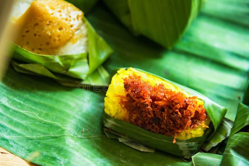 Garnalen en stukjekokosnoot op kleverige rijst, Thaise stijl zoete desserts royalty-vrije stock foto