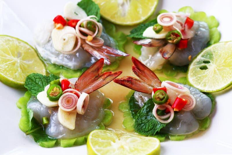 Garnalen in het Thaise overzeese voedsel van de vissensaus stock foto's