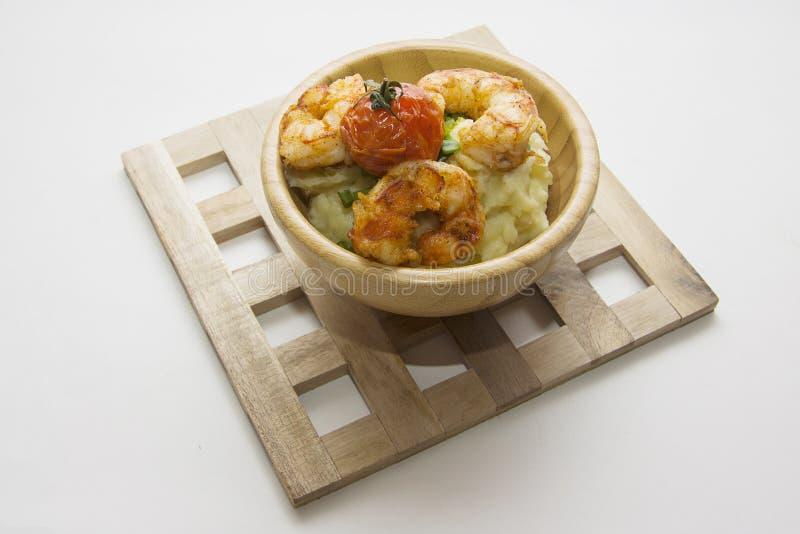 Garnalen met aardappelpuree stock afbeelding
