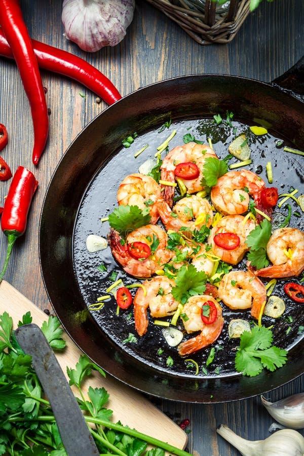 Garnalen op een pan met Spaanse peperspeper die worden gediend stock fotografie