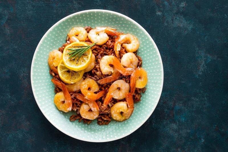 Garnalen op grill en gekookte ongepelde rijst op plaat worden geroosterd die Geroosterde garnalen, garnalen met rijst Zeevruchten royalty-vrije stock afbeeldingen