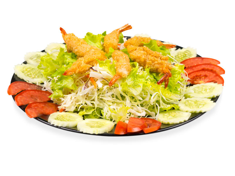 Garnalen op Plantaardige Salade in Zwarte Plaat worden gebraden die Geïsoleerdj op witte achtergrond stock afbeelding