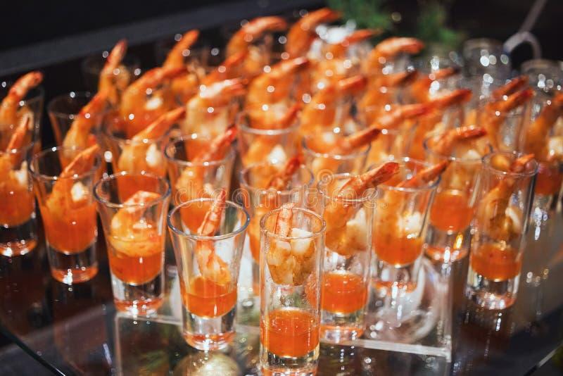 Garnalencocktail in geschotene glas geschotene close-up stock foto's