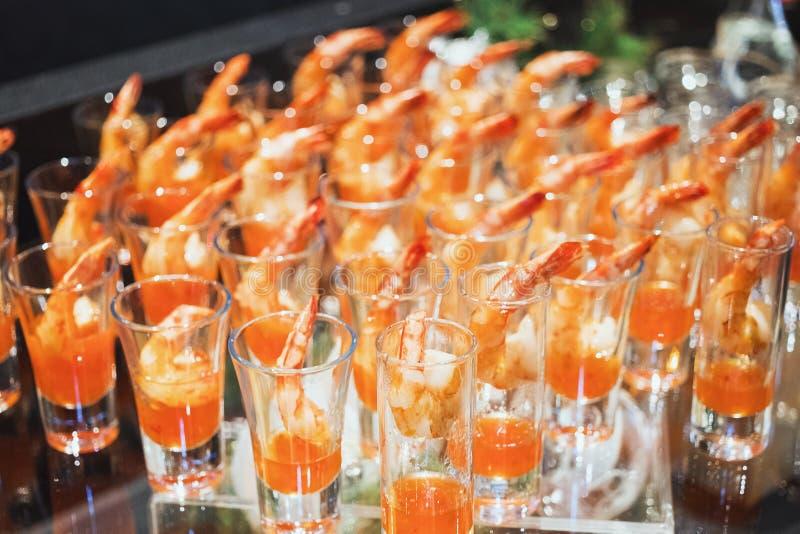 Garnalencocktail in geschotene glas geschotene close-up stock foto
