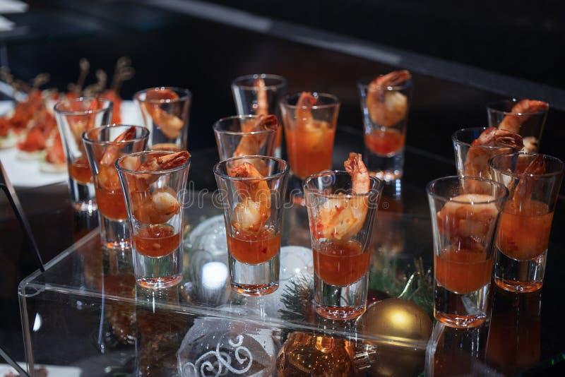 Garnalencocktail in geschotene glas geschotene close-up royalty-vrije stock foto