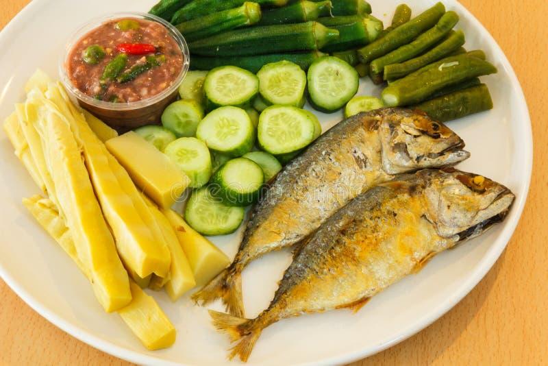 Garnalendeeg met gebraden makreel en groente stock foto's