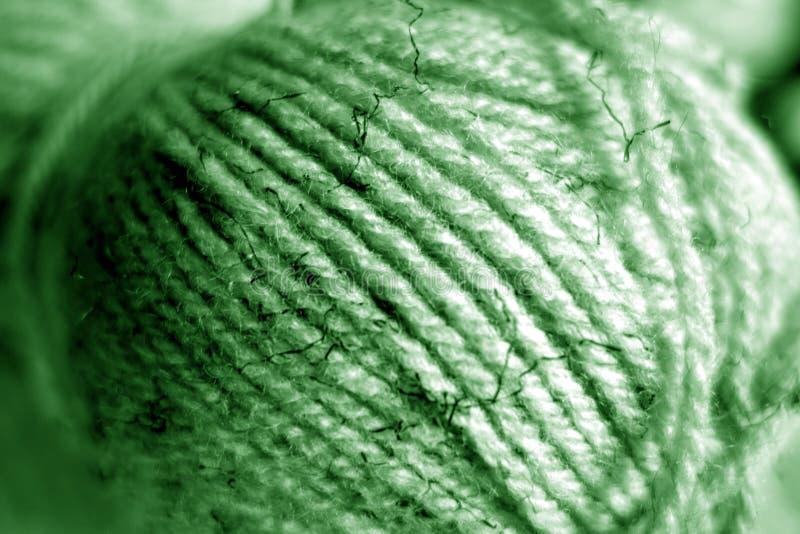 Garnballnahaufnahme mit Unschärfeeffekt im grünen Ton lizenzfreie stockfotos