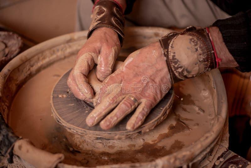 Garncarek ręk praca z gliną zdjęcia stock