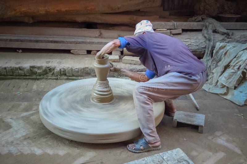 Garncarka demonstruje dlaczego robić garncarstwu w Bhaktapur, Nepal obraz royalty free