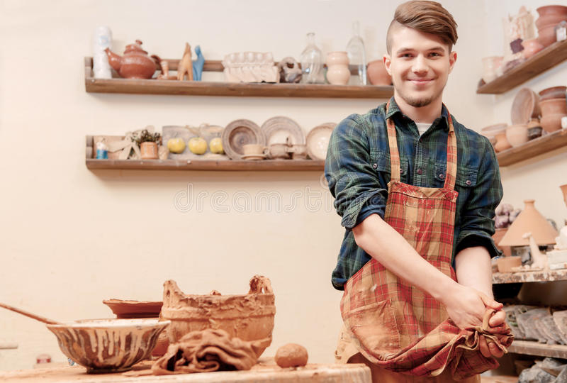 Garncarka myje jego ręki w glinianym studiu zdjęcie royalty free