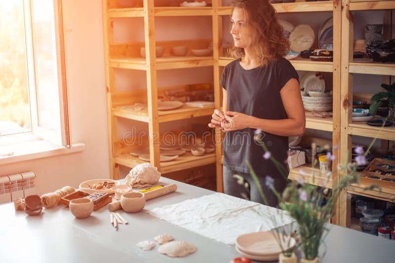 Garncarka, narzędzia, ceramics sztuki pojęcie - przystojny młody brunetki kobiety ono uśmiecha się zdjęcia royalty free