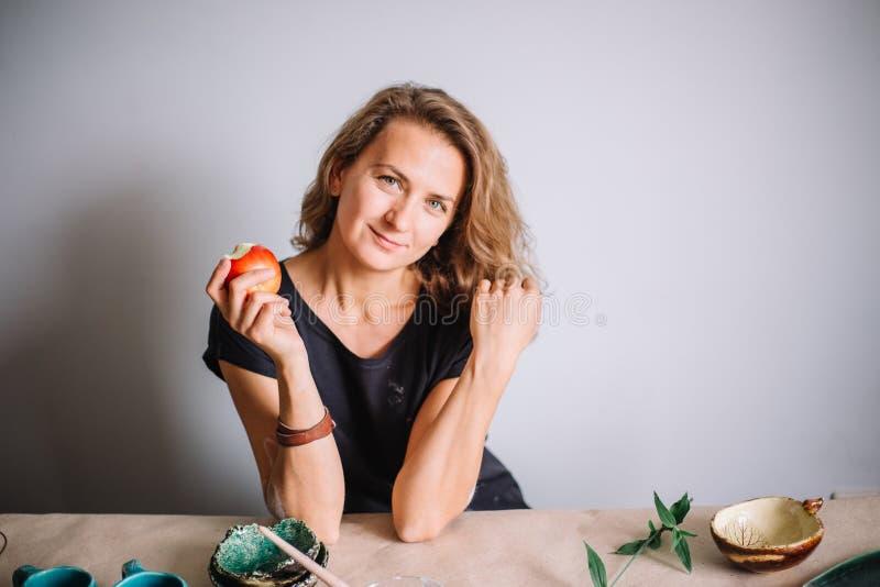 Garncarka, narzędzia, ceramics sztuki pojęcie - przystojny młody brunetki kobiety ono uśmiecha się fotografia royalty free
