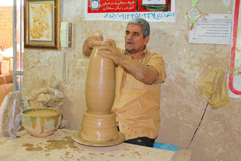 Garncarka przy pracą w Meybod, Iran obrazy royalty free
